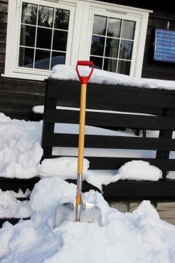 Mye snø utenfor hytta