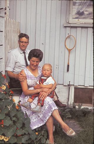 Mor, far og Bjørn utafor huset