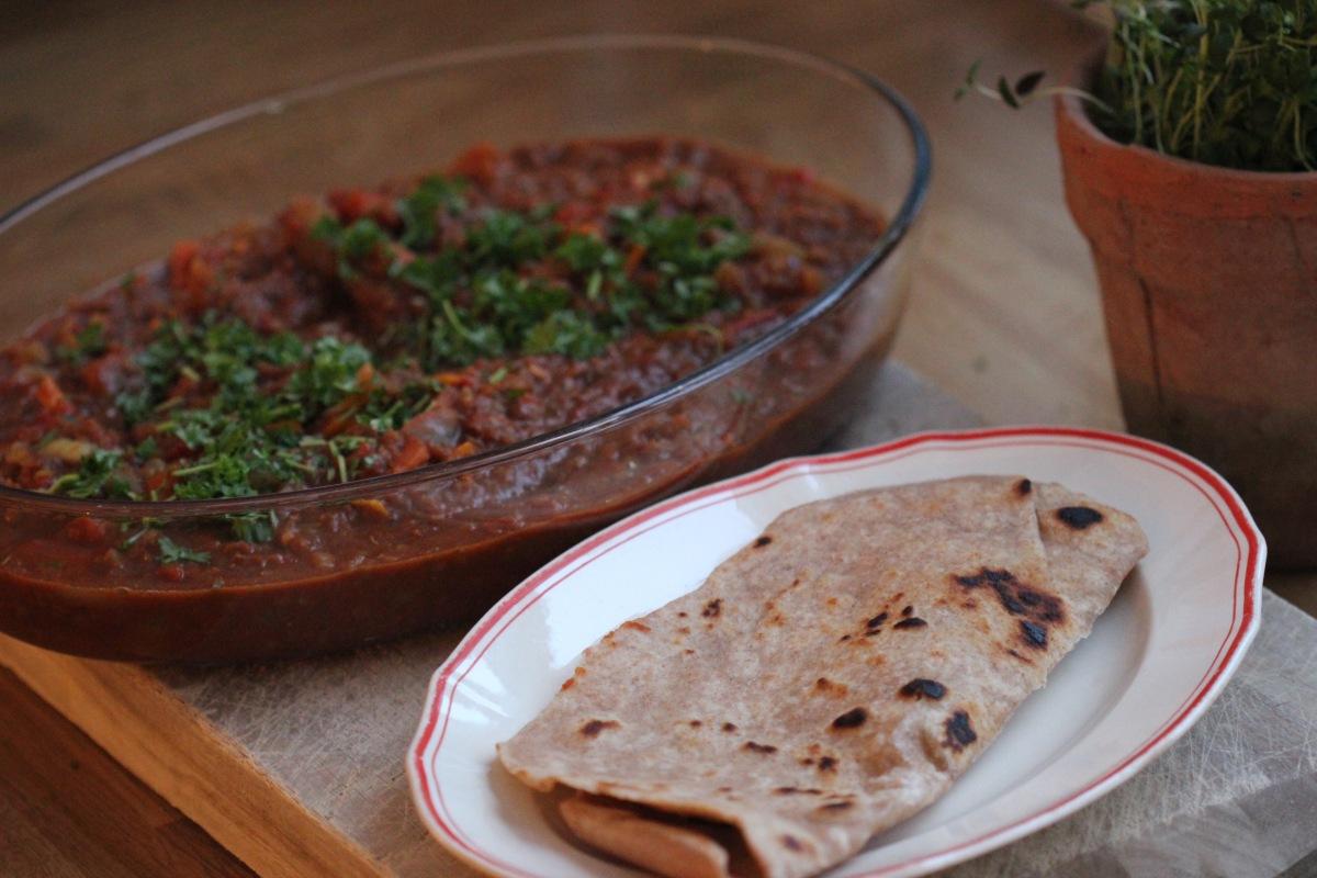 Vegetarisk linsegryte fra Vest-Afrika servert med stekepannebrød